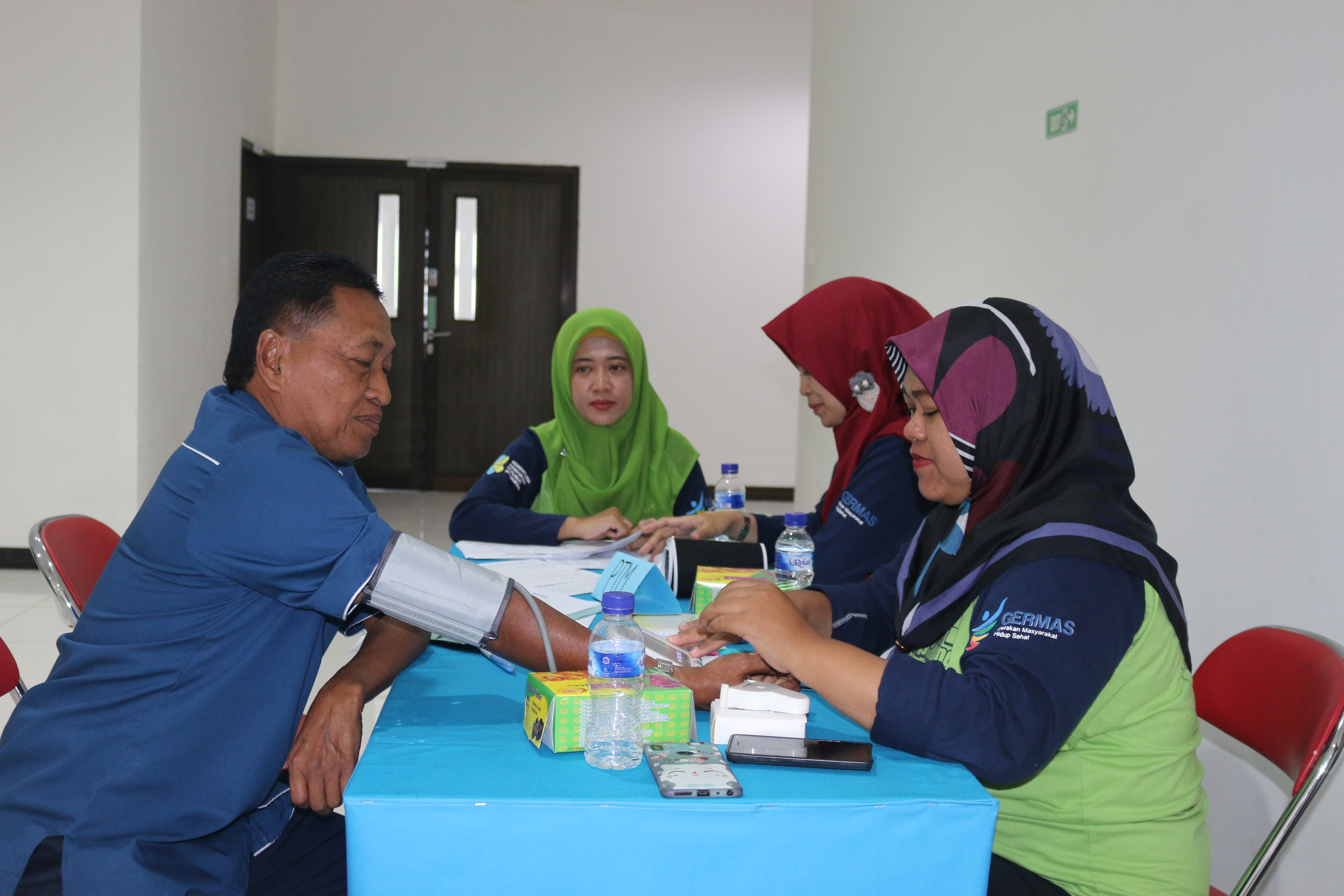 Manager SDM & Umum, Bapak Sugianto sedang melakukan pemeriksaan